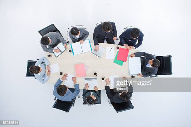 business people in meeting, directly above - tavolo da conferenza foto e immagini stock