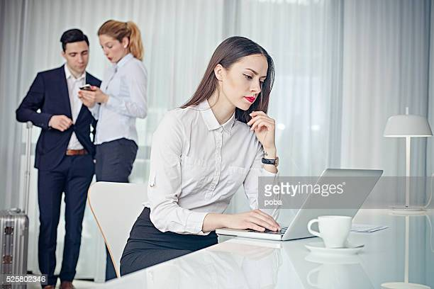 Geschäftsleute in treffen im Hotel Zimmer Suite