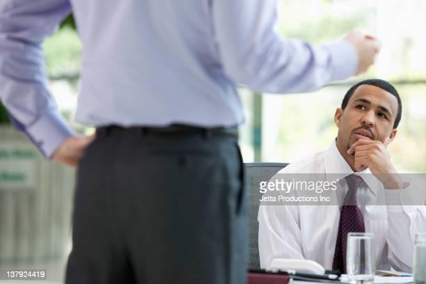 ビジネスの人々のミーティング - focus on background ストックフォトと画像
