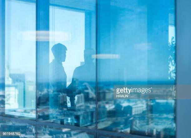 empresarios en la reunión a través de vidrio - equidad de genero fotografías e imágenes de stock