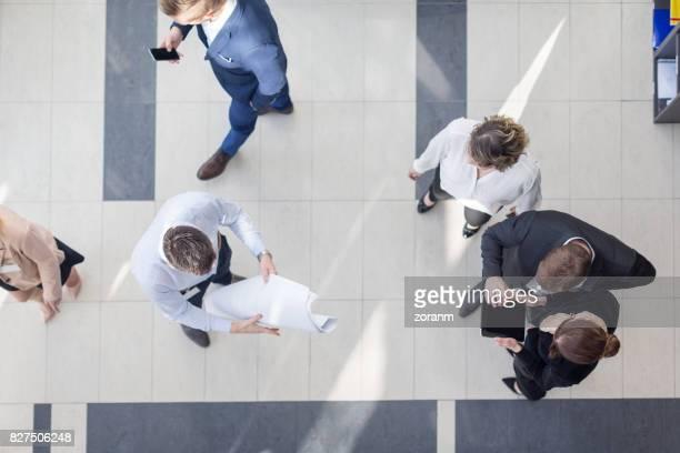 Mensen uit het bedrijfsleven in de hal van het kantoor