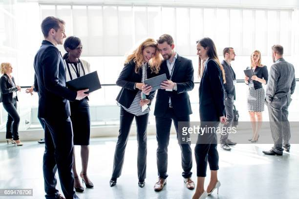 La gente de negocios en el pasillo