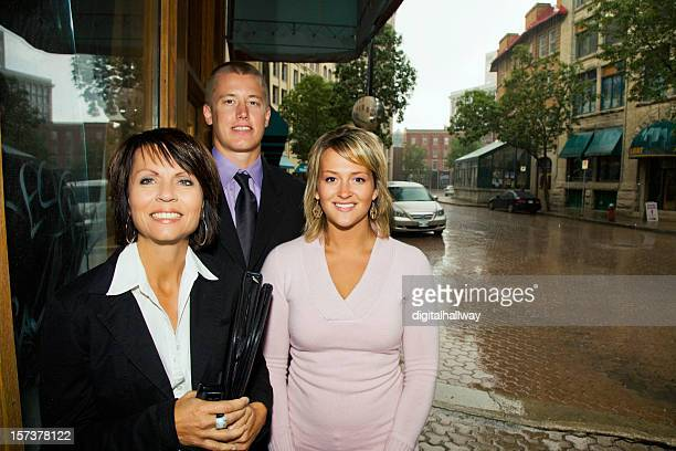 Hommes d'affaires sous la pluie