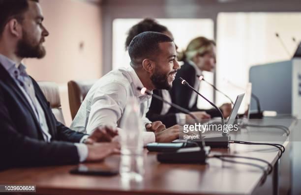 écouter l'orateur lors d'une conférence des gens d'affaires - salle de presse photos et images de collection