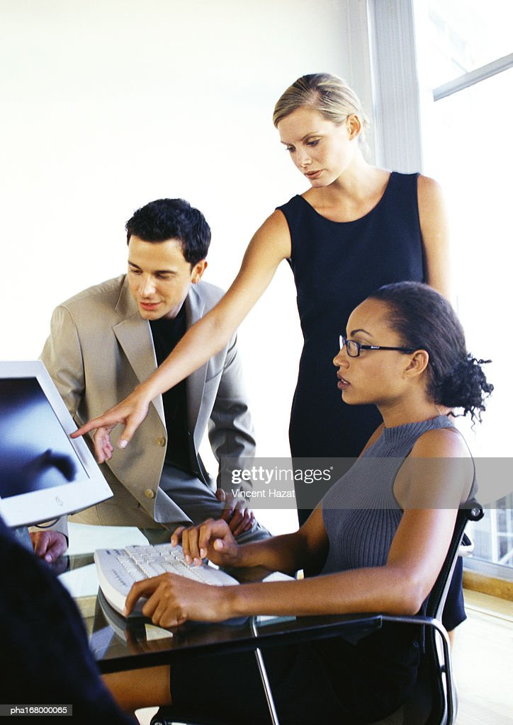 Business people looking at computer screen : Stockfoto