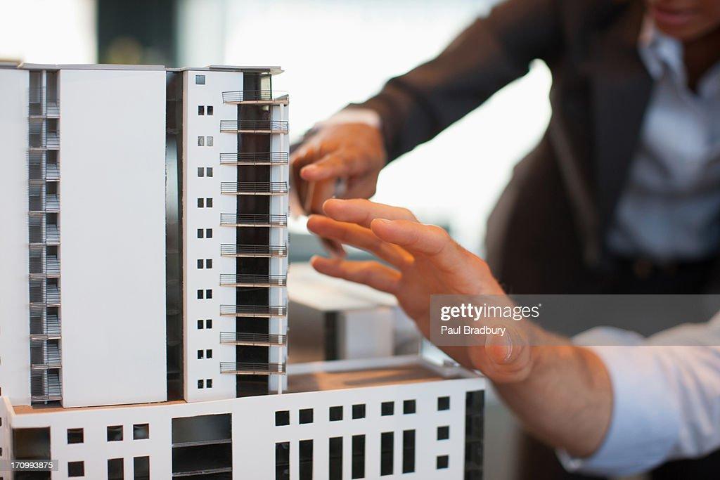 Geschäftsleute, die ein Modell Haus : Stock-Foto
