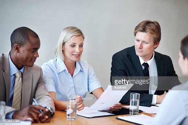Gens d'affaires à la recherche de CV