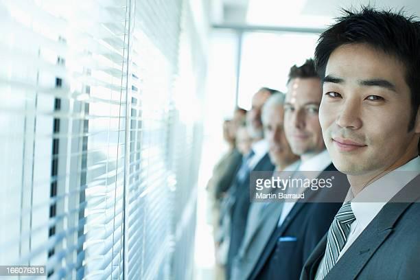 窓の外のビジネス人々