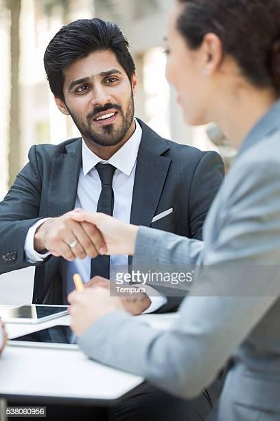 Pessoas de negócios conhecer ao ar livre em Dubai.