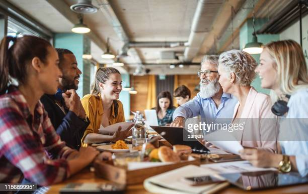 business people meeting in een restaurant, bar - samenwerken stockfoto's en -beelden