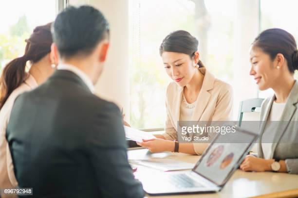 カフェでミーティング ビジネス人々