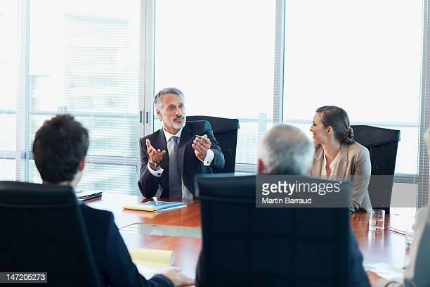 reunião de pessoas de negócios na mesa da sala de conferência - persuasão - fotografias e filmes do acervo