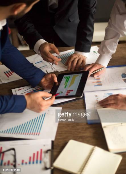 geschäftsleute treffen wachstumserfolg ziel wirtschaftskonzept - rechnungswesen stock-fotos und bilder
