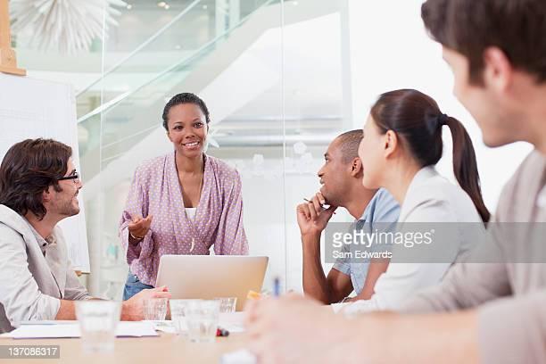 Las personas de negocios reunión en sala de conferencias