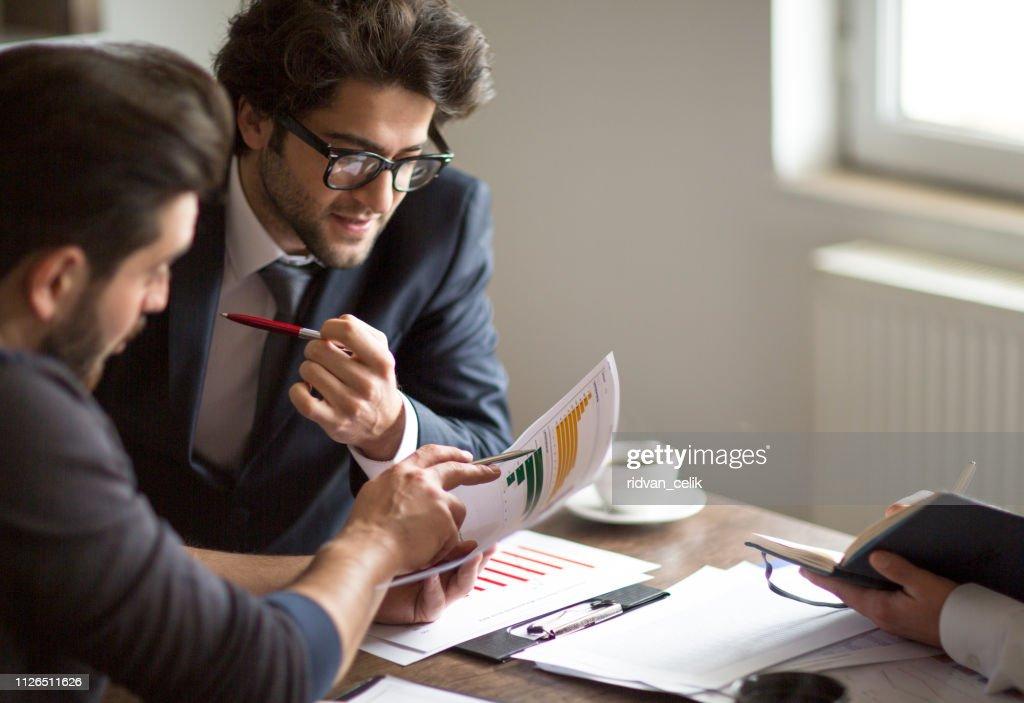 Geschäftsleute, die Sitzung Planung Analyse Strategiekonzept Laptop Meeting mit Technologie : Stock-Foto