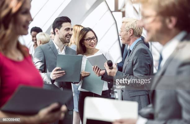 geschäftsleute auf einer konferenz diskutieren - kongressversammlung stock-fotos und bilder