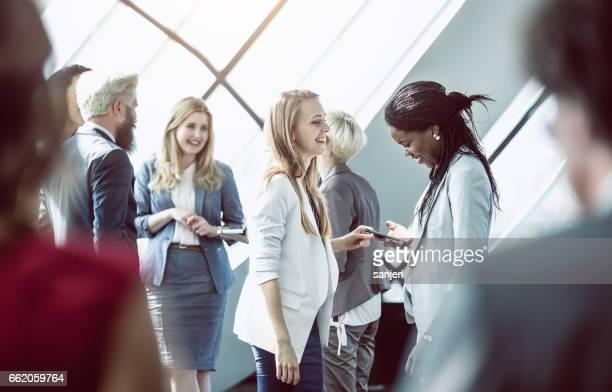 Geschäftsleute auf einer Konferenz diskutieren