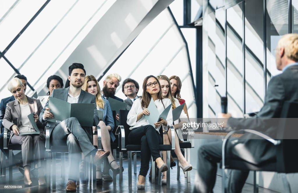 Gente de negocios en un evento escuchando el hablador : Foto de stock