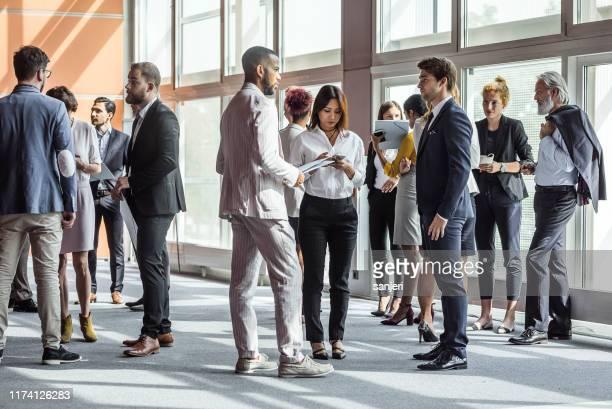 geschäftsleute auf einer konferenz - large group of people stock-fotos und bilder