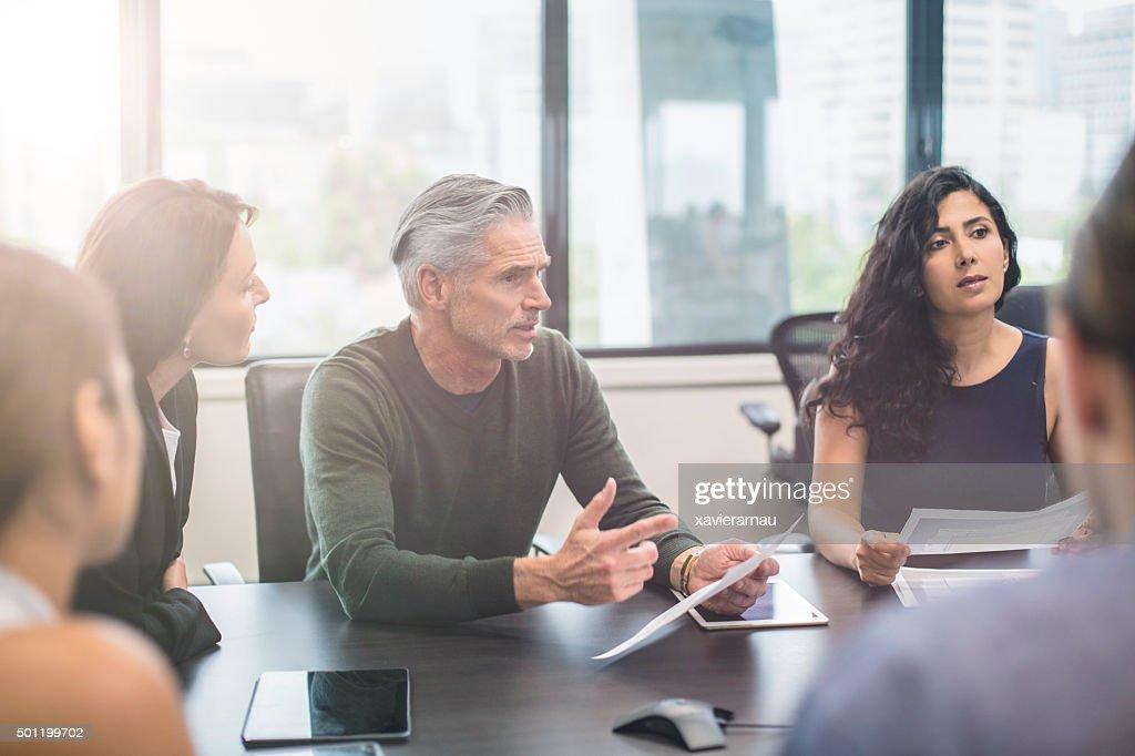 Geschäftsleute in einer Besprechung im Büro : Stock-Foto