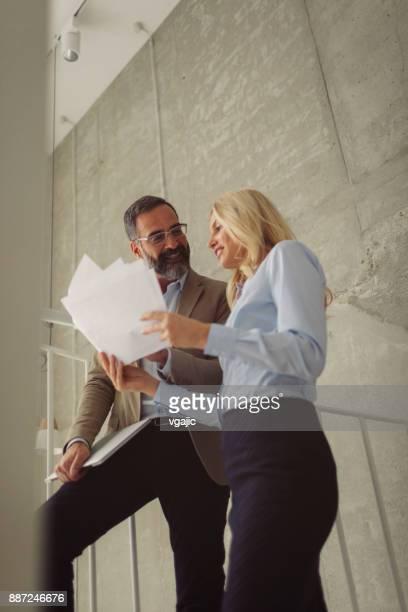 Gens d'affaires sur l'escalier dans un bureau moderne