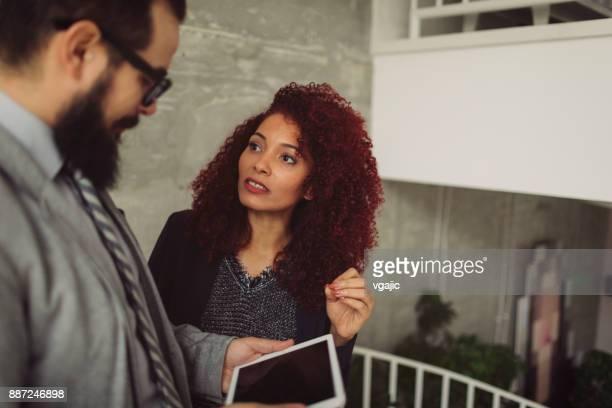 pessoas de negócios na escadaria no escritório moderno - cabelo pintado de vermelho - fotografias e filmes do acervo