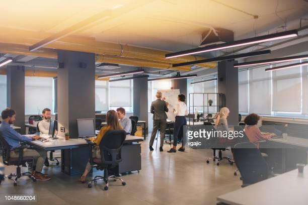 pessoas de negócios - escritório - fotografias e filmes do acervo