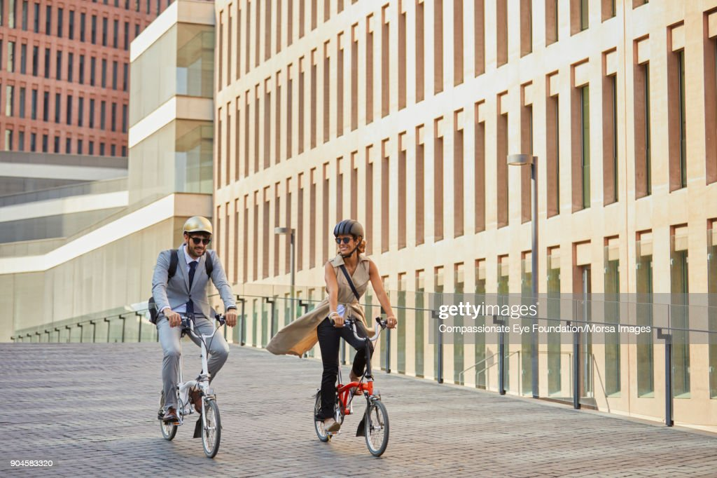Business people riding bicycles on city street : Stock-Foto