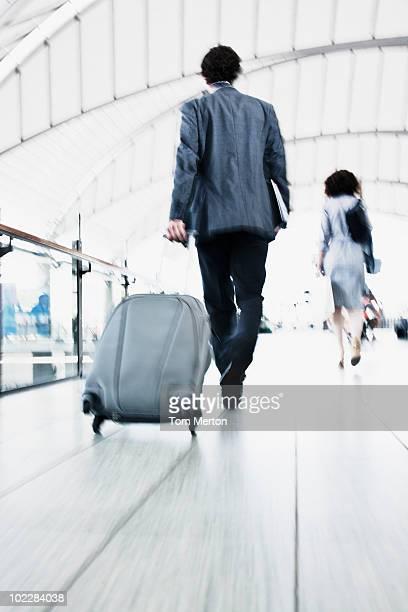 Geschäftsleute rushing im Bahnhof