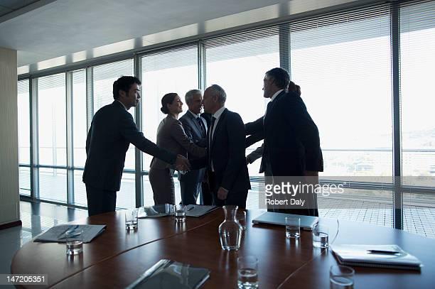 ビジネスの人々の手を振る;コンファレンスルーム