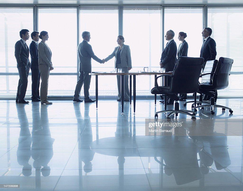 ビジネスの人々の手を振る;コンファレンスルーム : ストックフォト