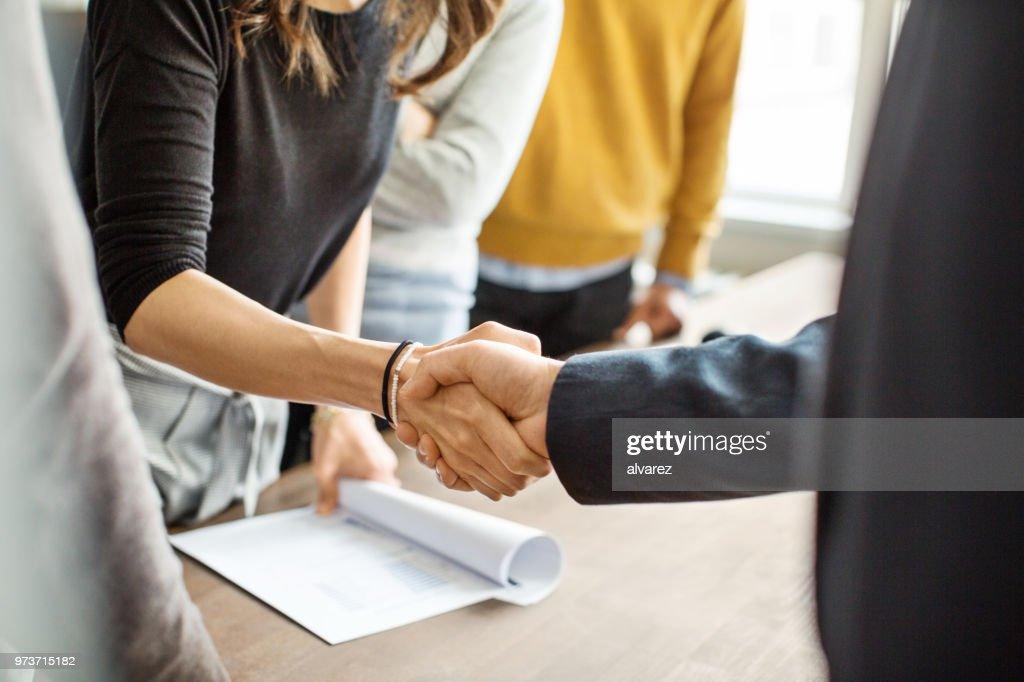 Geschäftsleuten beim Händeschütteln im Büro : Stock-Foto