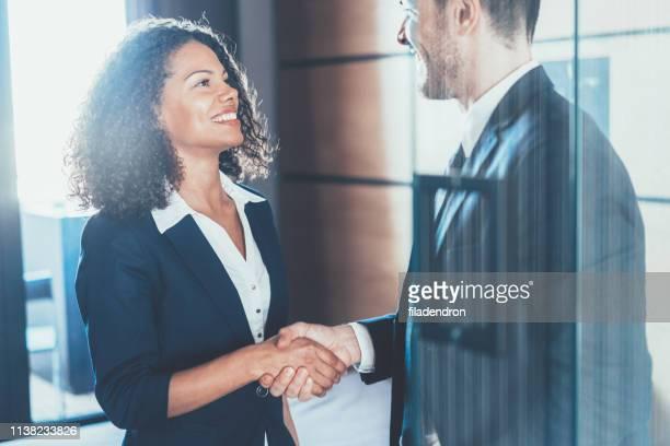 握手をするビジネスマンたち - リクルーター ストックフォトと画像