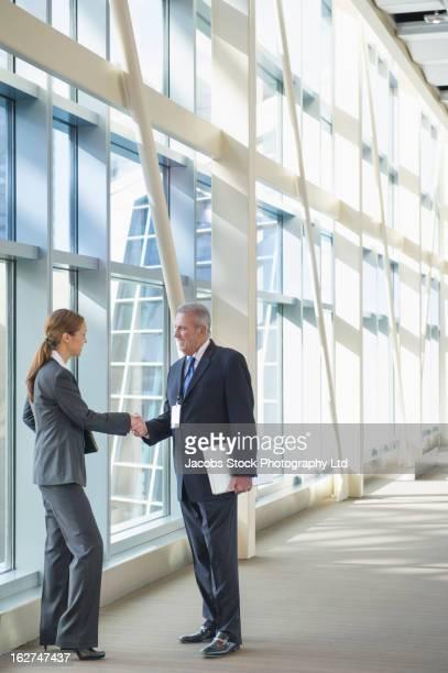 business people shaking hands - formelle geschäftskleidung stock-fotos und bilder