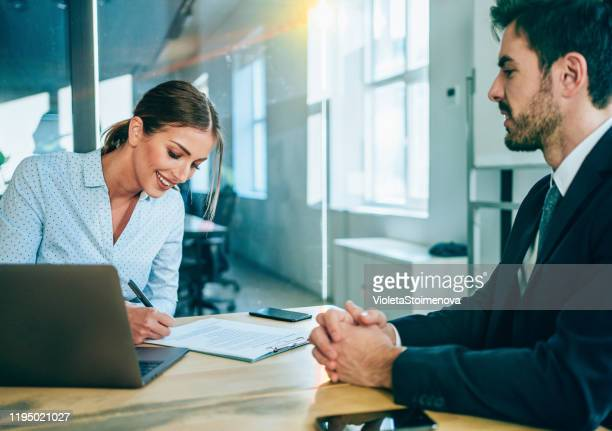empresarios firmando un contrato. - abogado fotografías e imágenes de stock
