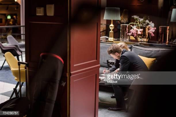 business people signing agreement in hotel reception - formelle geschäftskleidung stock-fotos und bilder