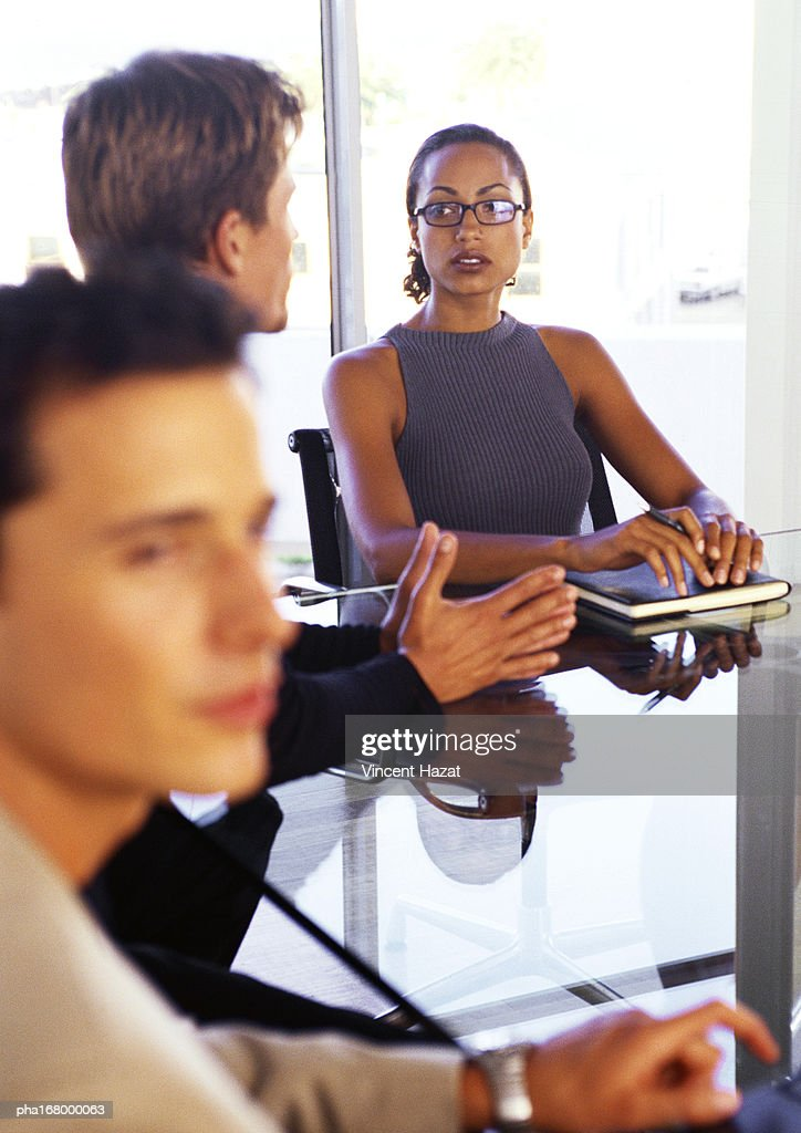 Business people sitting at desk : Stockfoto
