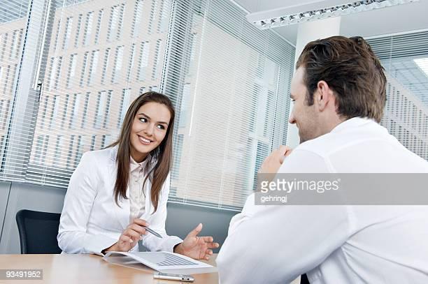 Gens d'affaires assis dans le bureau