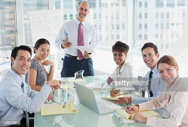 Geschäftsleute sitzen in den Meetingräumen