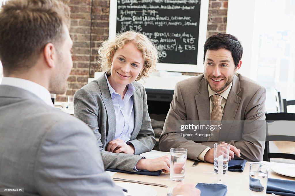 Business people sitting in restaurant : Foto de stock
