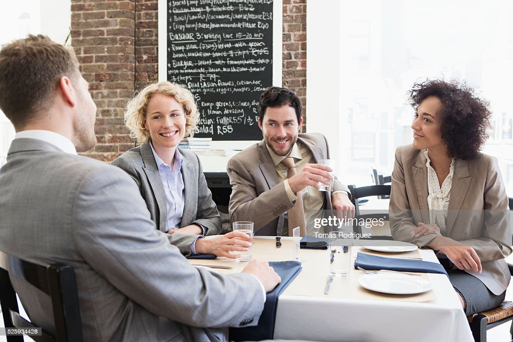 Business people sitting in restaurant : Stockfoto