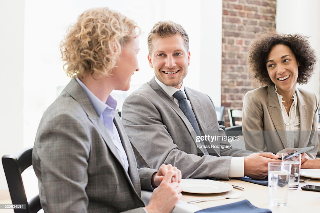 Business people sitting in restaurant : Foto stock