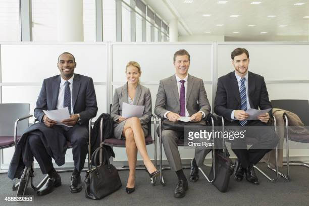 Gens d'affaires assis dans la salle d'attente