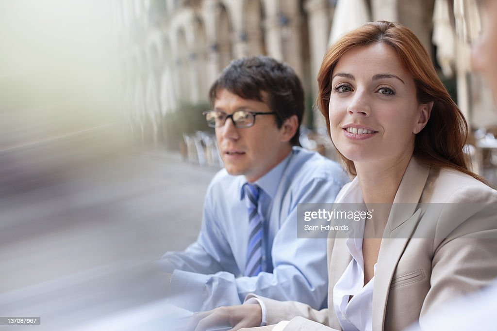 Business people sitting together outdoors : Stockfoto