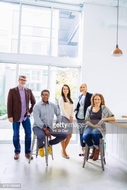 business people smiling in office - fünf personen stock-fotos und bilder