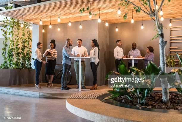 gens d'affaires socialiser dans l'espace café - pause café photos et images de collection