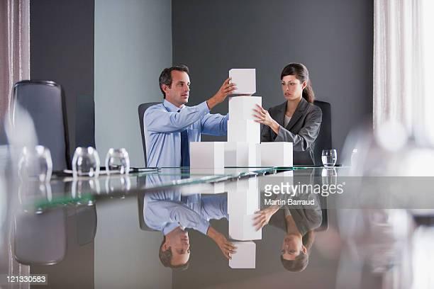 Uomini d'affari in sala conferenze cubetti di impilamento
