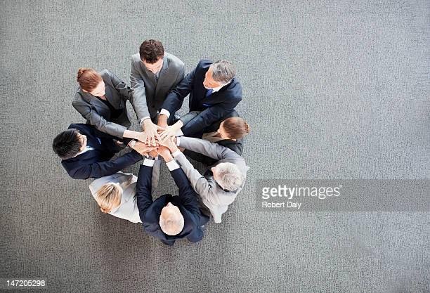 Business persone mani in cerchio impilamento