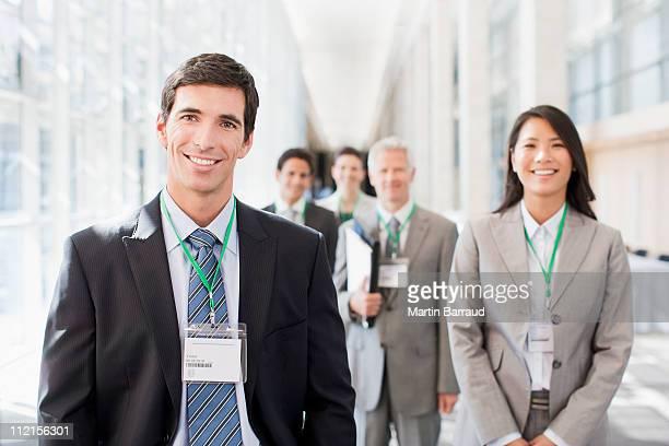 Pessoas de negócios em pé no escritório