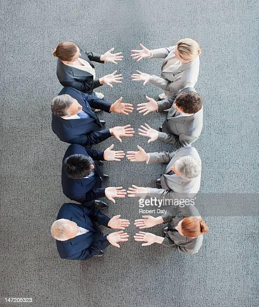 gens d'affaires debout dans une rangée avec palmiers - groupe moyen de personnes photos et images de collection